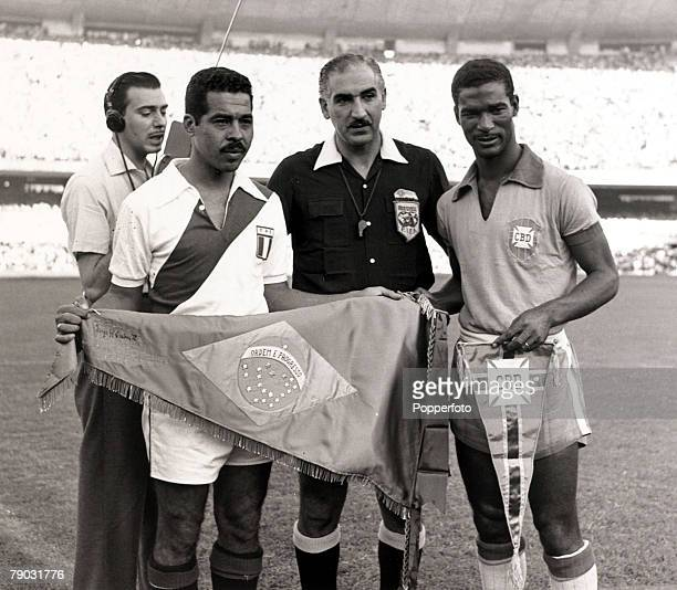 Sport/Football World Cup Qualifier Maracana Stadium 21st April 1957 Brazil 1 v Peru 0 Brazil's Didi exchanges pennants with the Peru captain