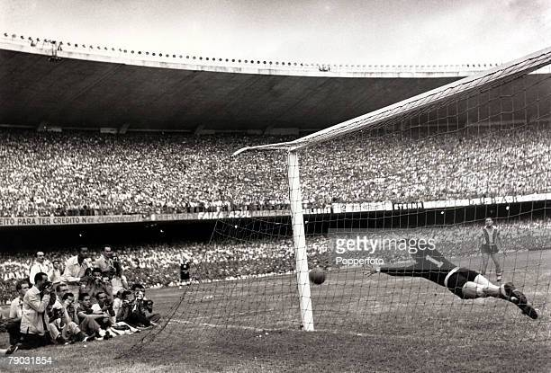 Sport/Football World Cup Qualifier Rio de Janeiro Brazil4 v Paraguay 0 Paraguay goalkeeper Victor Gonzalez at full stretch in the Maracana Stadium as...