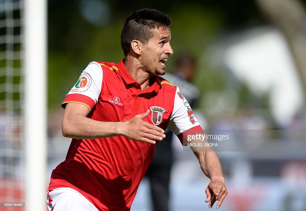 Sporting Braga's forward Rui Fonte celebrates after scoring a goal during the Portuguese Cup final football match FC Porto vs SC Braga at the Jamor stadium in Oeiras, outskirts of Lisbon, on May 22, 2016. / AFP / MIGUEL