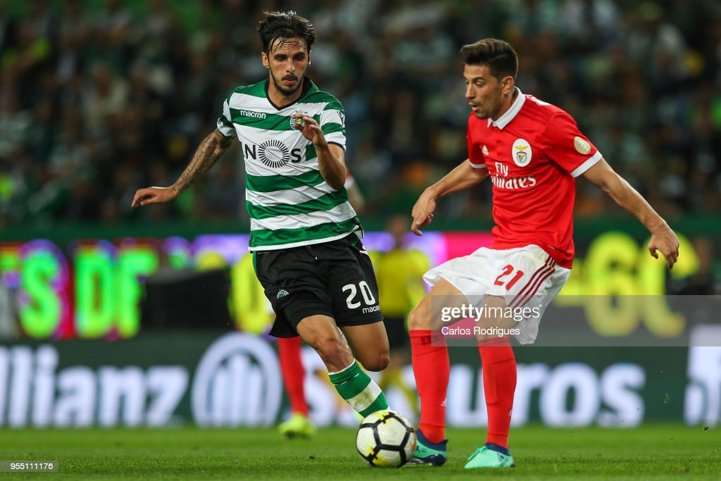 Sporting CPÕs forward Bryan Ruiz from Costa Rica (L) vies with SL Benfica forward Pizzi from Portugal (R) for the ball possession during the Portuguese Primeira Liga match between Sporting CP and SL Benfica at Estadio Jose Alvalade on May 05, 2018 in Lisbon, Lisboa.