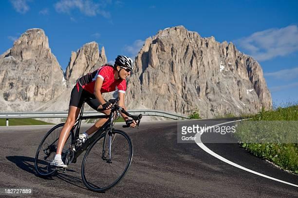 Sportiva donna su una corsa rotella