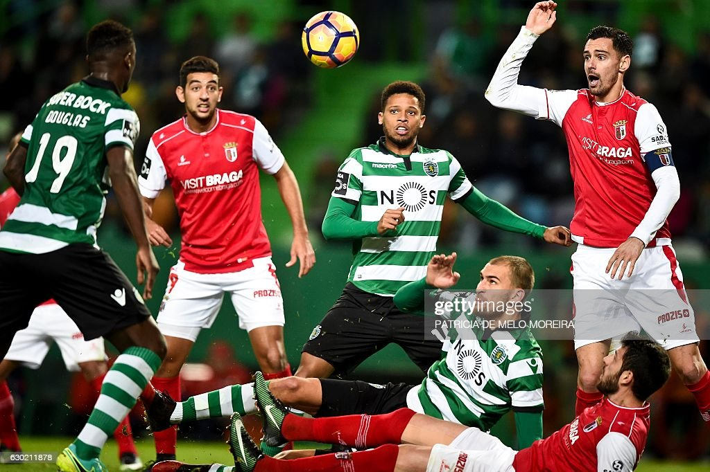 Sporting's Brazilian forward Andre Filipe (C) vies with Braga's defender Andre Pinto (R) during the Portuguese league football match Sporting CP vs Sporting Braga at the Jose Alvalade stadium in Lisbon on December 18, 2016. / AFP / PATRICIA
