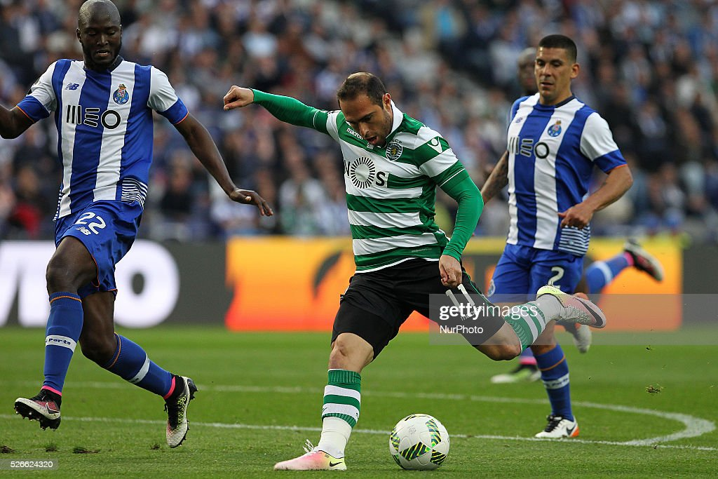 Sporting's Brazilian midfielder Bruno C��sar (R) score a goal during the Premier League 2015/16 match between FC Porto and Sporting CP, at Drag��o Stadium in Porto on April 30, 2016.