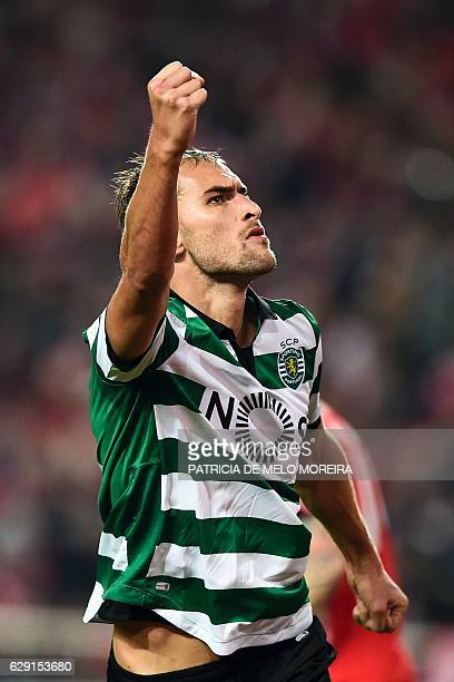 Sporting's Dutch forward Bas Dost celebrates after scoring during the Portuguese league football match SL Benfica vs Sporting CP at the Luz stadium...
