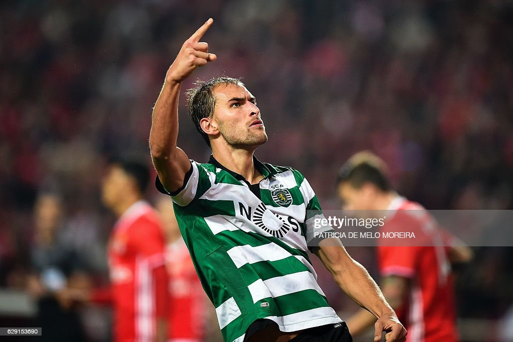 Sporting's Dutch forward Bas Dost celebrates after scoring during the Portuguese league football match SL Benfica vs Sporting CP at the Luz stadium in Lisbon on December 11, 2016. / AFP / PATRICIA