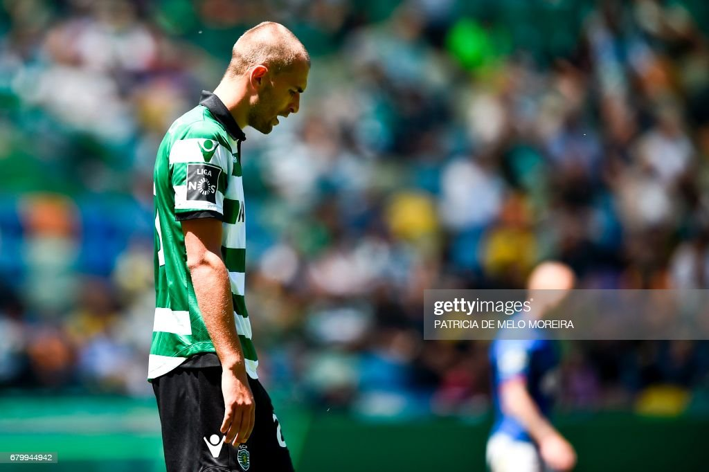 Sporting's Dutch forward Bas Dost looks downwards after missing a goal opportunity during the Portuguese league football match Sporting CP vs OS Belenenses at the Jose Alvalade stadium in Lisbon on May 7, 2017. /