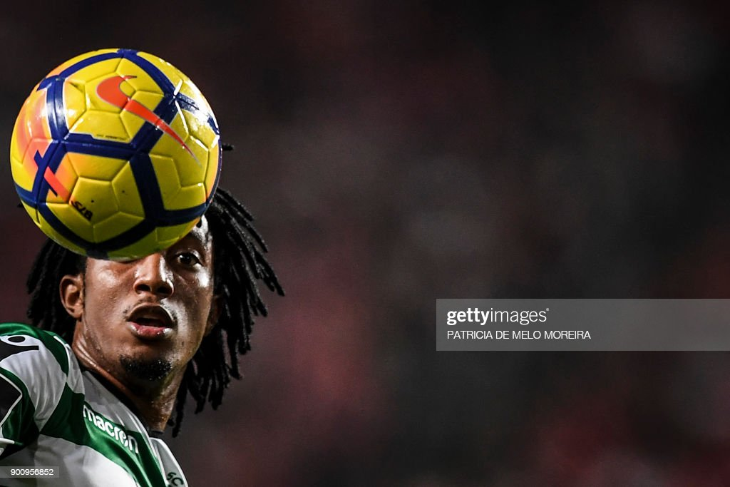 Sporting's forward Gelson Martins controls the ball during the Portuguese league football match SL Benfica vs Sporting CP at the Luz stadium in Lisbon on January 3, 2018. /