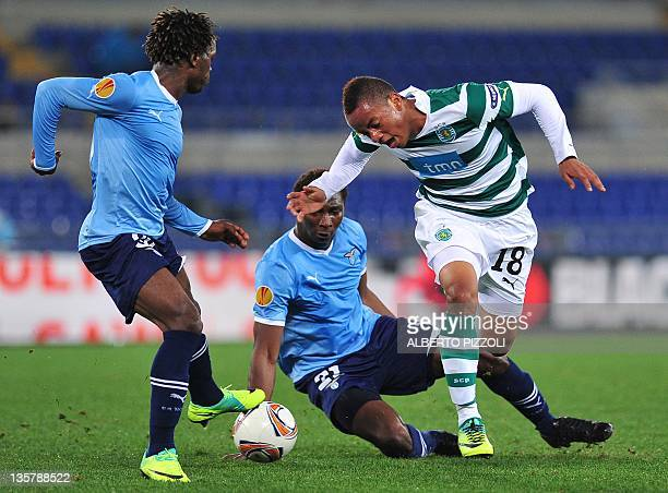 Sporting's Peruvian forward Andre Carillo fights for the ball with Lazio's French defender Miobido Diakite and Lazio's Angolan defender Luis Pedro...