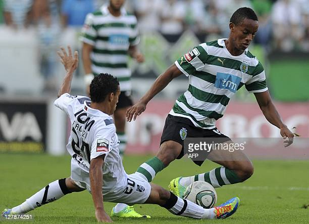 Sporting's Peruvian forward Andre Carillo vies for the ball with Vitoria Guimaraes' Moroccan midfielder Mohammed Faouzi during their Portuguese...