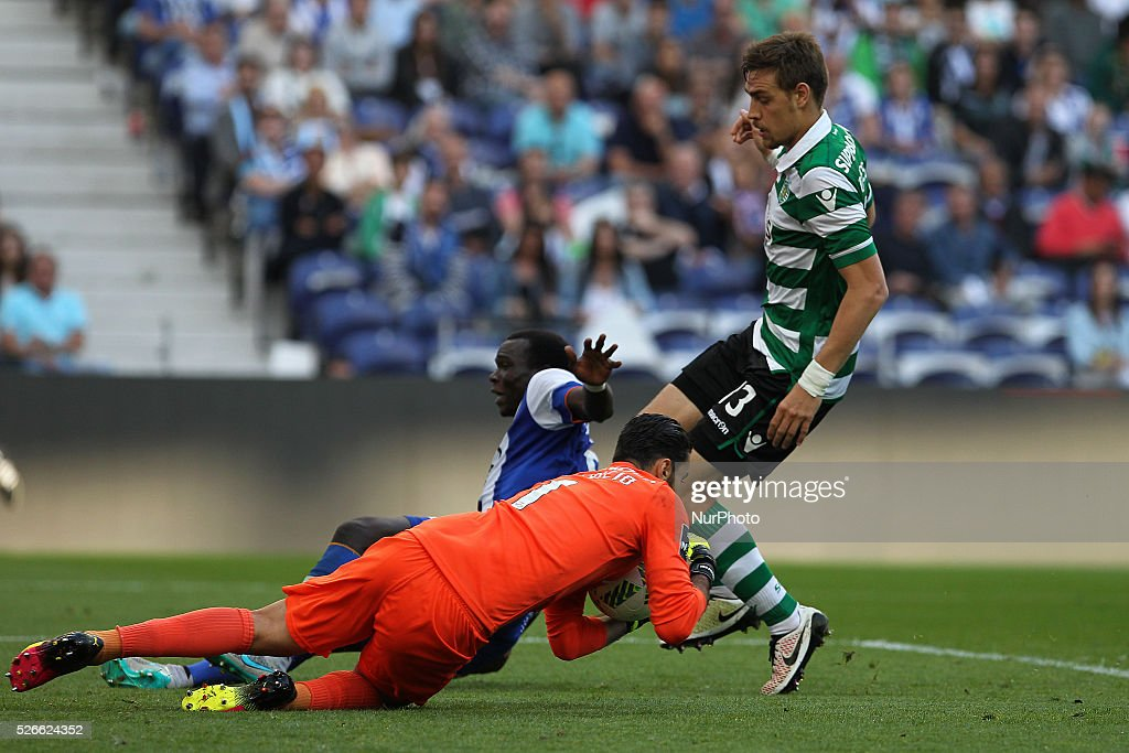Sporting's Portuguese goalkeeper Rui Patr��cio (L) vies with Porto's Cameroonian forward Vincent Aboubakar (C) and Sporting's defender Coates during the Premier League 2015/16 match between FC Porto and Sporting CP, at Drag��o Stadium in Porto on April 30, 2016.