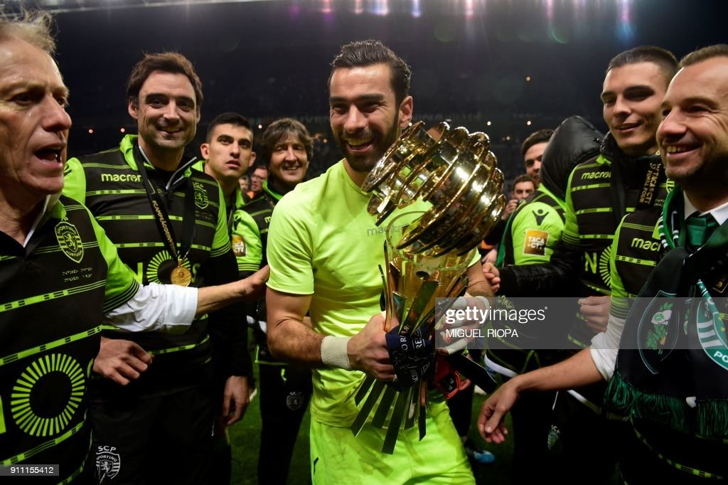 Sporting's Portuguese goalkeeper Rui Patricio (C) and Sporting's Portuguese coach Jorge Jesus (L) celebrate after winning the Portuguese Cup final football match between Vitoria FC and Sporting CP at the Municipal stadium of Braga on January 27, 2018. /
