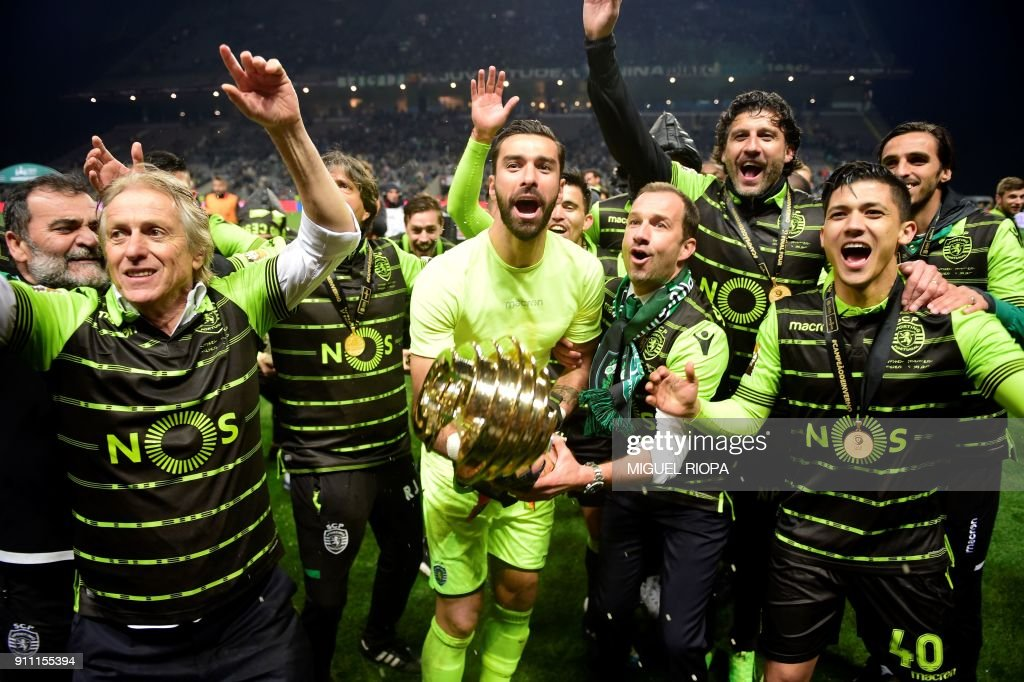 Sporting's Portuguese goalkeeper Rui Patricio (C) celebrates with teammates after winning the Portuguese Cup final football match between Vitoria FC and Sporting CP at the Municipal stadium of Braga on January 27, 2018. /