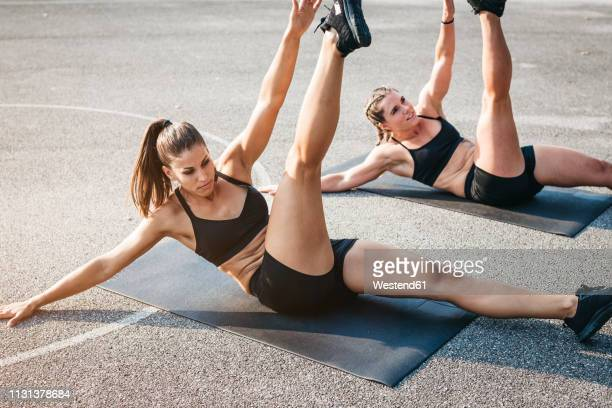 sportive woman doing situps - abdominal muscle stock pictures, royalty-free photos & images
