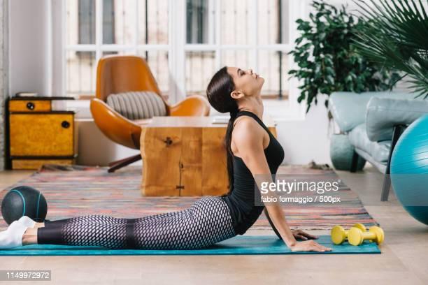 sportive woman training at home - 自重トレーニング ストックフォトと画像