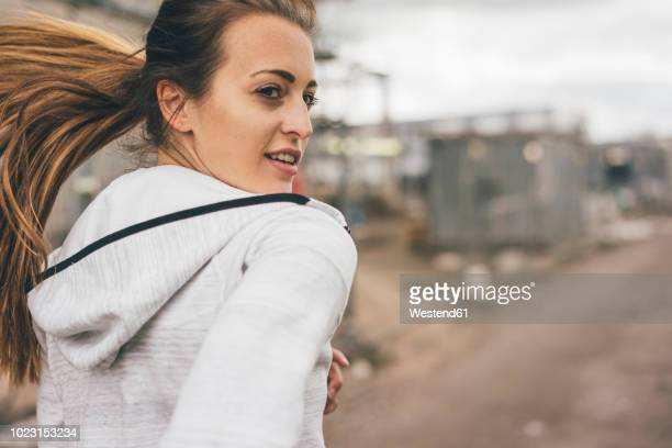 sportive young woman running outdoors - joggeuse photos et images de collection