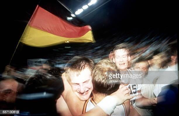 Sportler Basketball D Deutschland ist Europameister nach Sieg im Finale gegen Russland in München jubelt mit Mitspielern