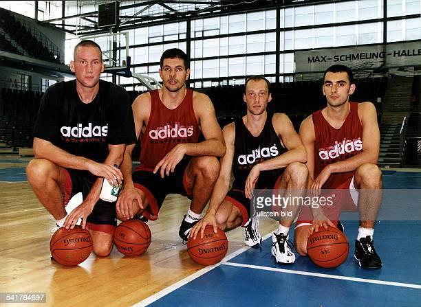 Sportler Basketball D Vorstellung der neuen Spieler für dieSaison 1997/98 beim Training vlnrWelp Koutsopoulos Jelic WassiliKarassew Vladimir Bogojevic