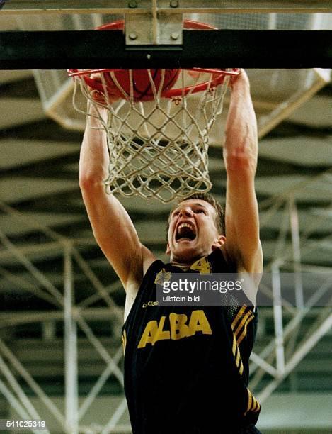 Sportler Basketball DSpielszene erzielt einen Korb 1995