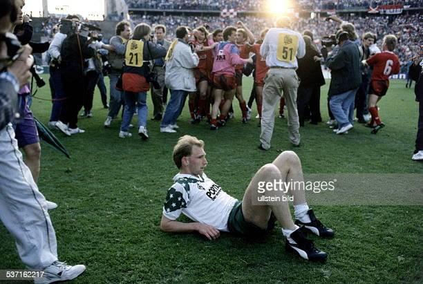 * Sportler Fussball D sitzt nach dem verlorenen Endspiel um den DFBPokal gegen Kaiserslauter alleine auf dem Platz 1990