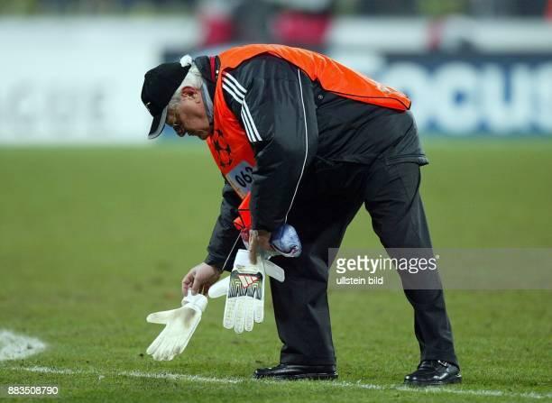Sportler Fussball D Torhüter Ordner sammelt Kahns weggeworfene Torwarthandschuhe auf