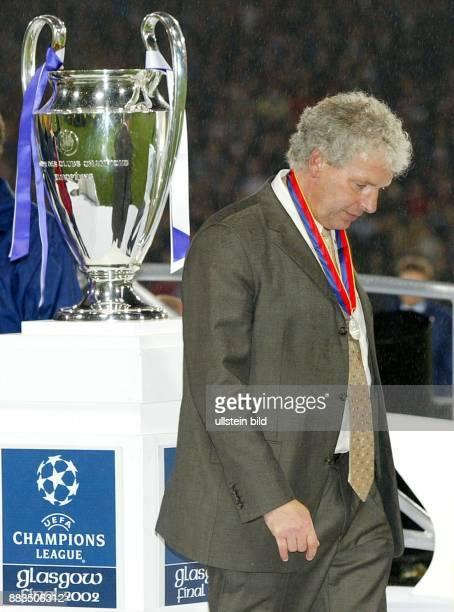 Sportler Fussball D Trainer geht mit gesenktem Kopf nach dem verlorenen ChampionsLeagueFinale gegen Real Madrid mit einer Silbermedaille um den Hals...