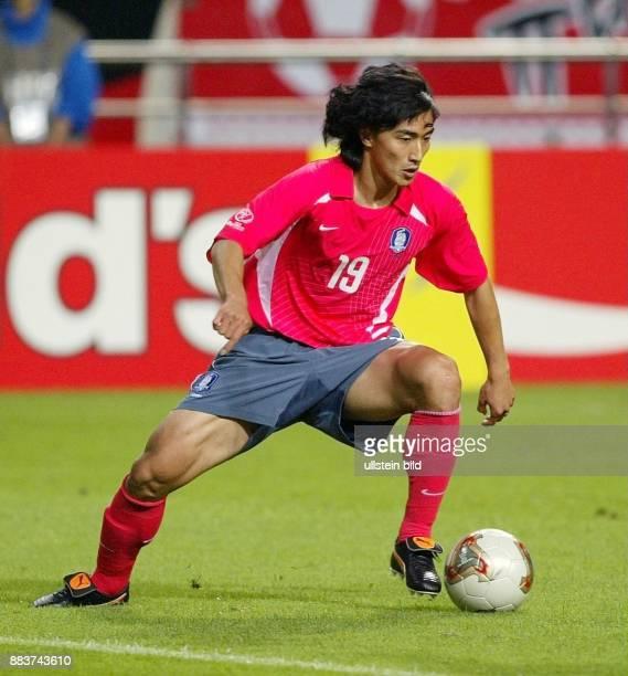Sportler Fussball Südkorea Mittelfeldspieler in Aktion am Ball
