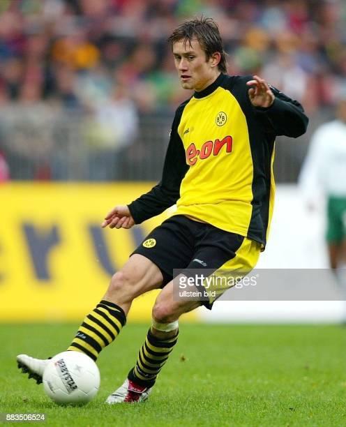Sportler Fussball Tschechien Mittelfeldspieler in Aktion am Ball
