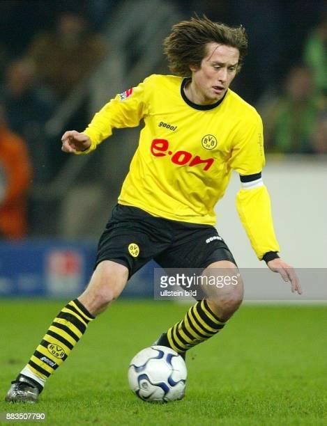 Sportler Fussball Tschechien Mittelfeldspieler Mannschaftskapitän in Aktion am Ball