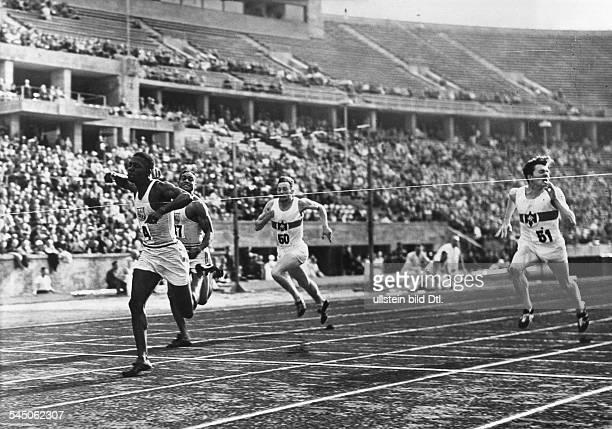 Sportler Leichtathlet Sprinter USALänderkampf DeutschlandUSA im Olympiastadion Berlin Einlauf beim 100m Lauf 1 Ben Johnson 2 Ellerbee Kersch und...