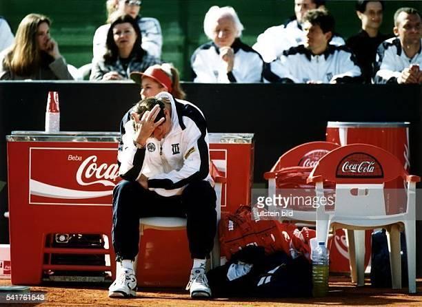 Sportler Trainer Tennis YUDer Trainer des DTB und Teamkapitän derdeutschen Herrenmannschaft beim DaviscupSpiel gegen Spanien auf Mallorca kratztsich...