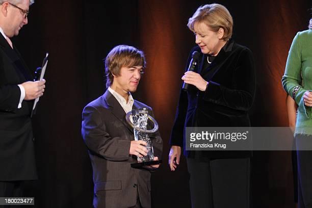 Sportler Und Preisträger Mathias Mester Und Bundeskanzlerin Angela Merkel Bei Der Nacht Der Stars Ein Festabend Des Paralympischen Sports In Der...