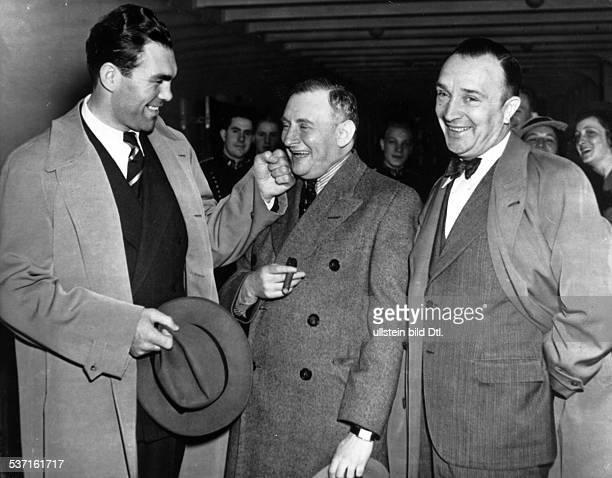 * Sportler Unternehmer D spasshafte Auseinandersetzung mit seinem Manager Joe Jacobs rechts Trainer Max Machon Mai 1936