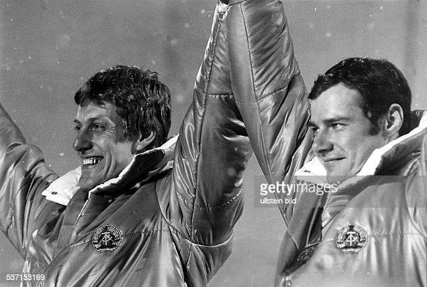 * 1955 Sportler / Wintersport / Bobsport DDR / D mit seinem Klubkameraden Wolfgang Hoppe vom Armeesportklub Vorwärts Oberhof nach dem Gewinn der...