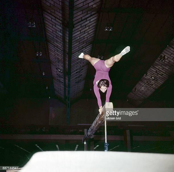 Sportlerin Kunstturnen DDR am Schwebebalken während eines Wettkampfs in Leipzig oJ