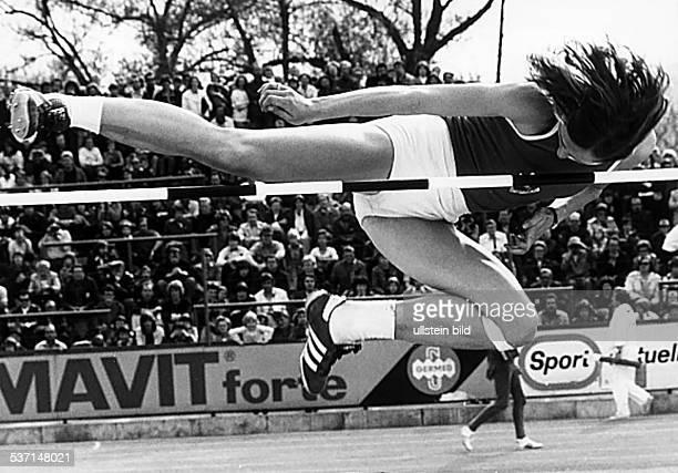* Sportlerin Leichtatheltik Hochsprung DDR Olympiaqualifikation der DDRLeichtathleten Ackermann überquert im Straddle Stil die Latte