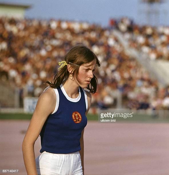 * Sportlerin Leichtathletik DDR mit Haarband im DDRTrikot 1971