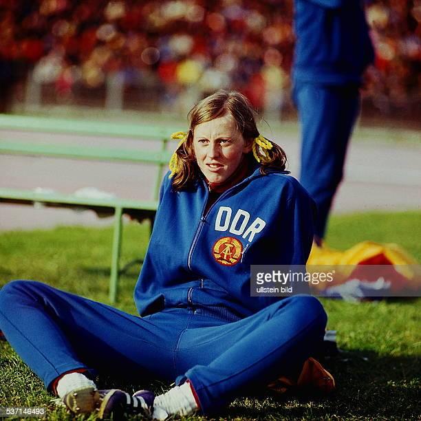 * Sportlerin Leichtathletik DDR Olympischer Tag in Berlin sitzt im DDRTrainingsanzug auf dem Rasen 1974