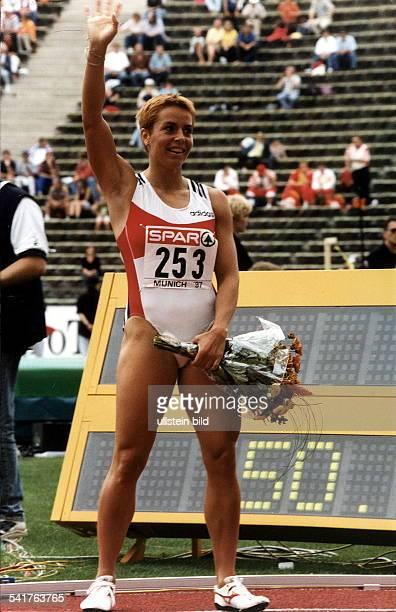 Sportlerin Leichtathletik DEuropacup Finale in München 400m Frauen Siegerin Breuer winkt ins Publikum