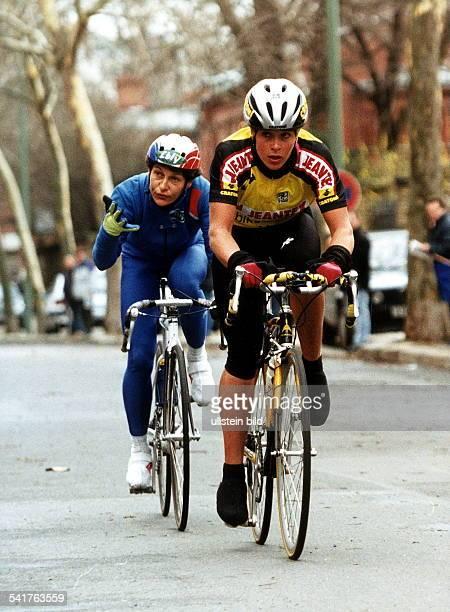 Sportlerin, Radrennen DRennen in Berlin-Kreuzberg auf derBergmannstrasse:- auf dem rad vor Jeannie Longo