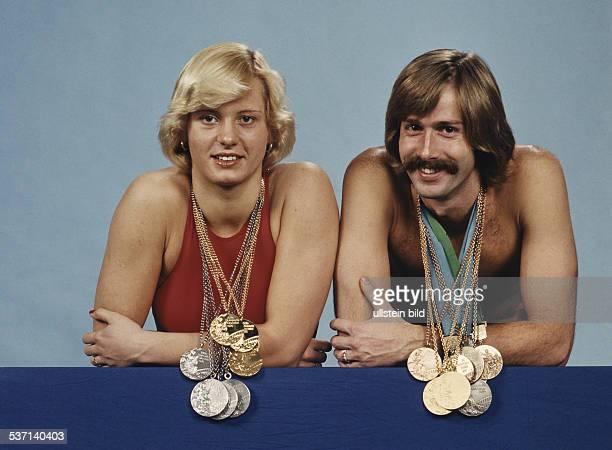 * Sportlerin Schwimmen DDR präsentiert im roten Badeanzug gemeinsam mit Roland Matthes ihre Olympia Medaillen 1976