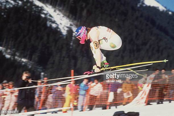 Sportlerin Ski Alpin D in Aktion Abfahrt Sprung 1991