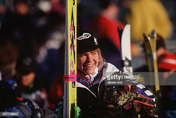 Sportlerin Ski Alpin D nach ihrem Sieg im Super G bei den Olympischen Spielen in Lillehammer Norwegen Februar 1994
