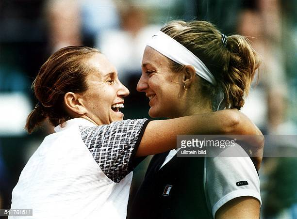 Sportlerin, Tennis FWTA-Turnier in Hamburg:- umarmt nach dem Spiel Iva Majoli - Mai 1997