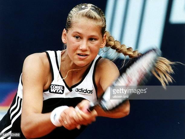 Sportlerin Tennis RUS'German Open' in Berlin spielt eine beidhändige Rückhand dabeischwingt ihr Zopf zur Seite
