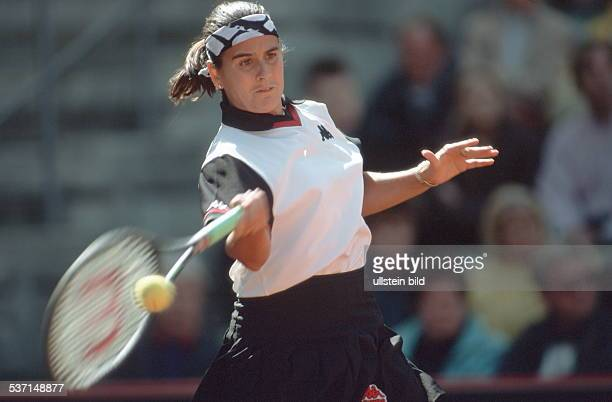 Sportlerin Tennis Spanien in Aktion spielt eine Vorhand April 1999