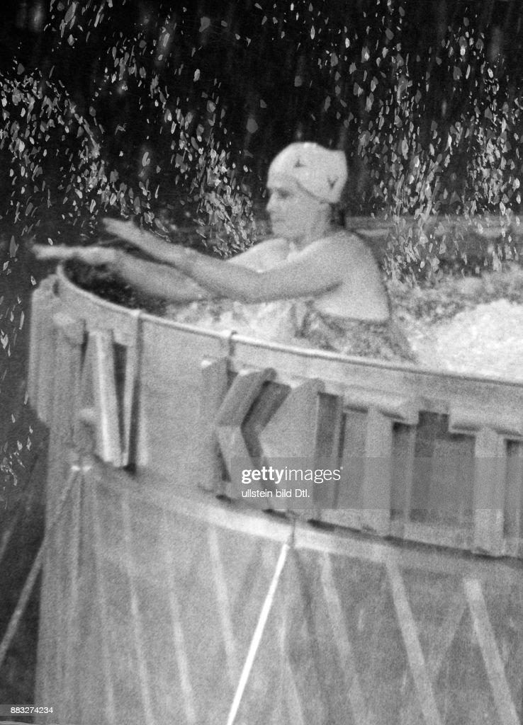 Sportlerin Wasserspringerin Deutschland Anita Kittner Nach Dem Sprung Ins  Schwimmbecken In Der Deutschlandhalle Berlin Hanns Hubmann