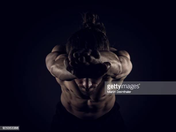sportlich muskulöser mann - fitnesstrainer - muskel stock-fotos und bilder