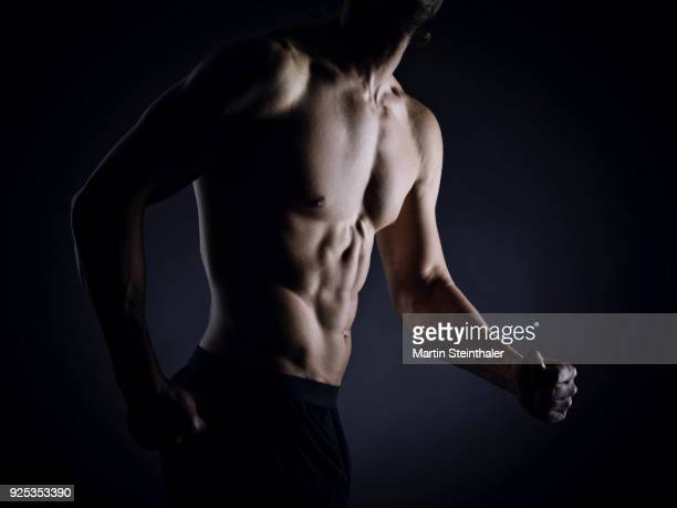 sportlich muskulöser mann - fitnesstrainer - abdominal muscle stock pictures, royalty-free photos & images