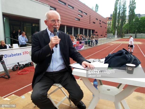 Sportreporter Werner Hansch aufgenommen beim Benefiz Fussballspiel FC Bundestag vs FC Diabetologie im Friedrich Ludwig Jahn Sportpark in Berlin...