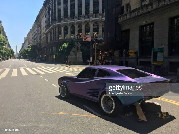 coche de los deportes en la película en la calle - obelisco de buenos aires fotografías e imágenes de stock